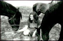 Hästar flockas kring modellen - en med tungan utanför.