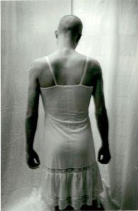 Bloggförfattaren bakifrån. Negligé i utkylt duschrum.